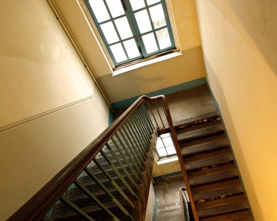 Treppensteigen mit Hämorrhoiden ist sehr schmerzhaft